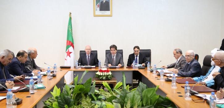 وزير المالية يعرض مشروع قانون تسوية الميزانية لسنة 2016 أمام لجنة الشؤون الاقتصادية والمالية