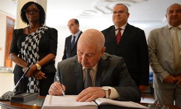 رئيس مجلس الأمة يوقع على سجل التعازي بإقامة السفير الغاني بالجزائر